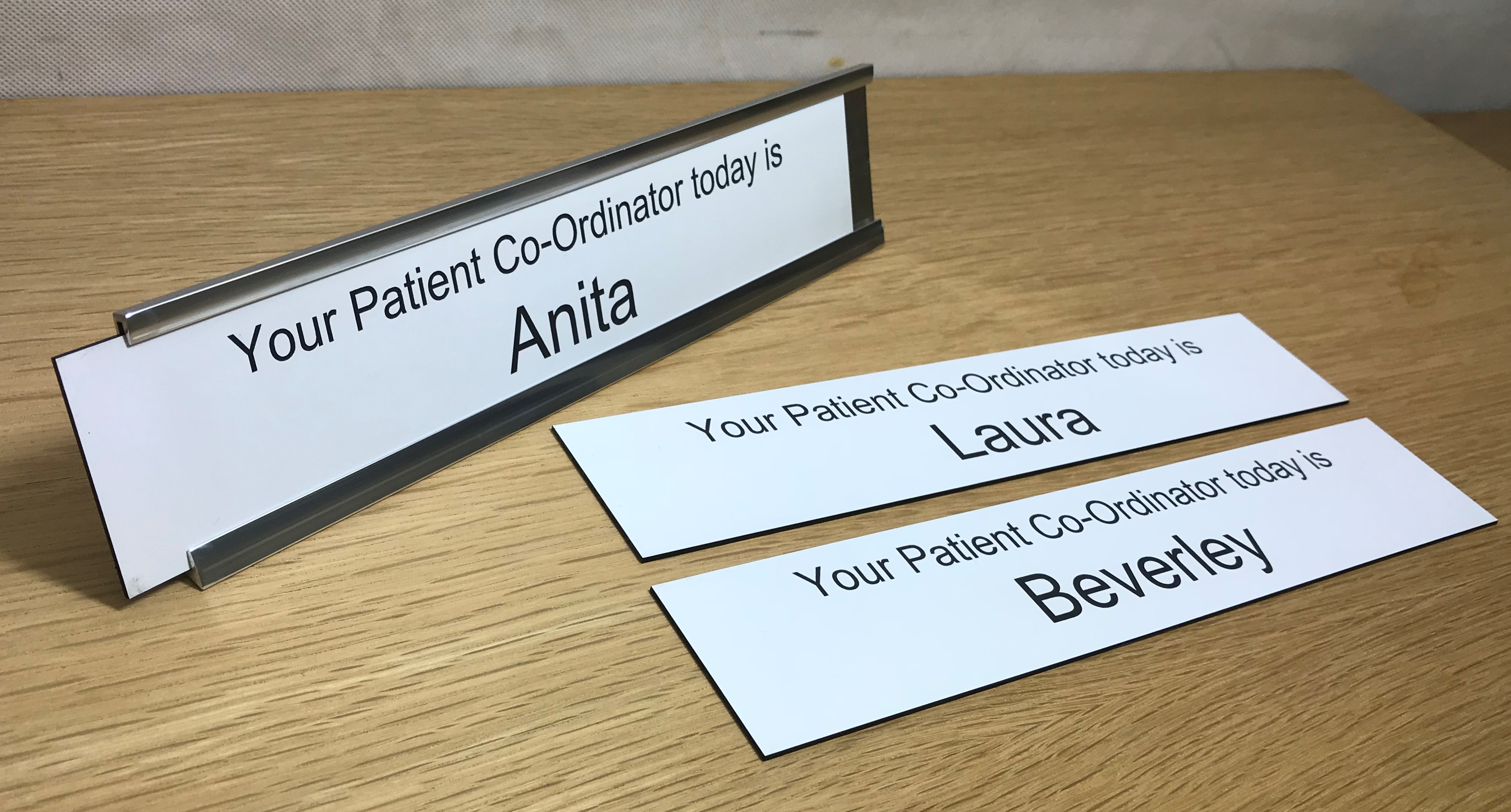 Desk signs with interchangeable nameplate